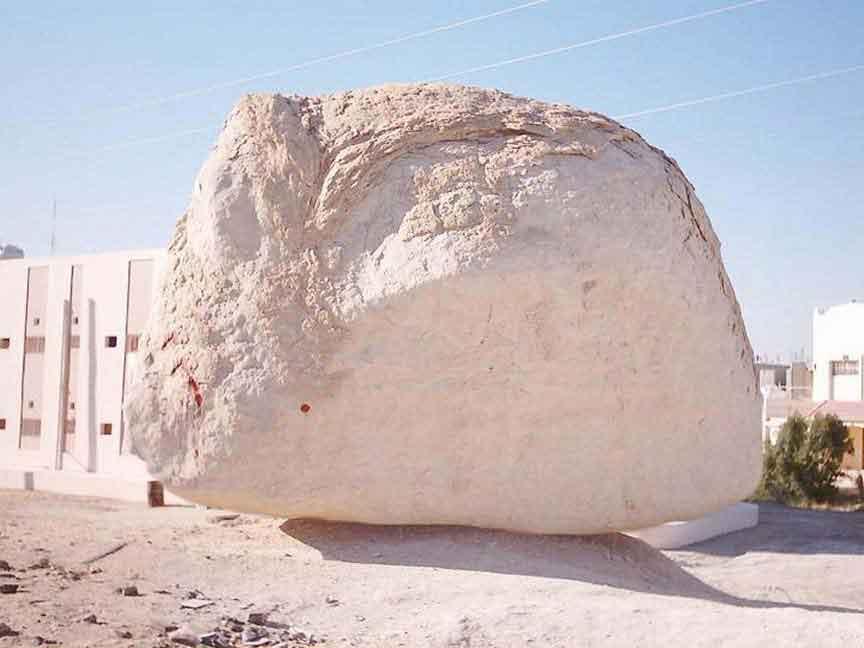 Batu itu aslinya sama sekali tidak melayang bahkan masih berada diatas  tanah. Photo itu merupakan hasil rekayasa. Berikut saya sampaikan  perubahan- ... 6cd76badf3